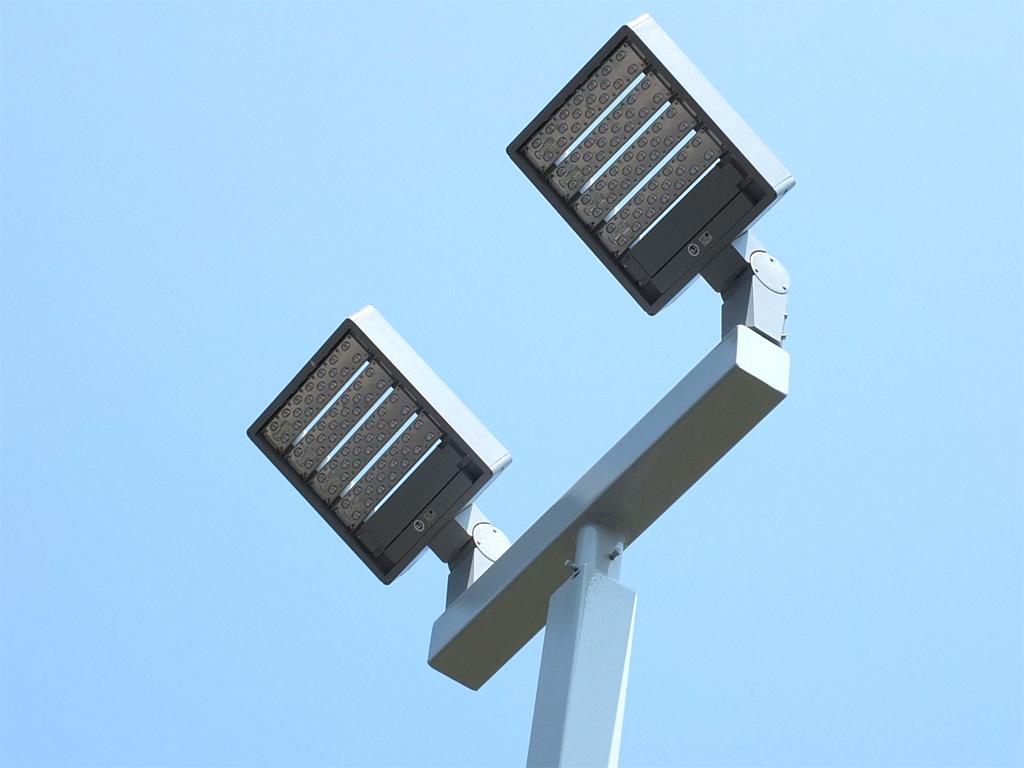 Parkplatz-Außenbeleuchtung Autohaus mit LEDAXO LED-Universalleuchten UL-06-160