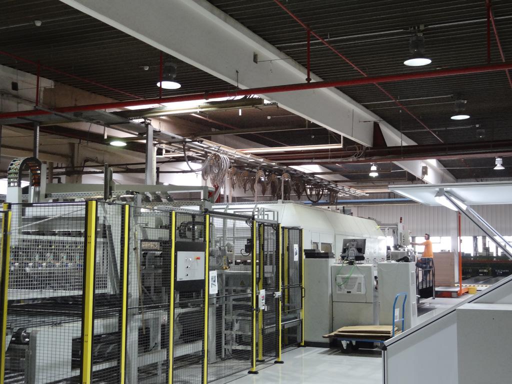 LED-Beleuchtung für Unternehmen - Industriehalle mit LEDAXO LED-Hallentiefstrahlern HT-04-250