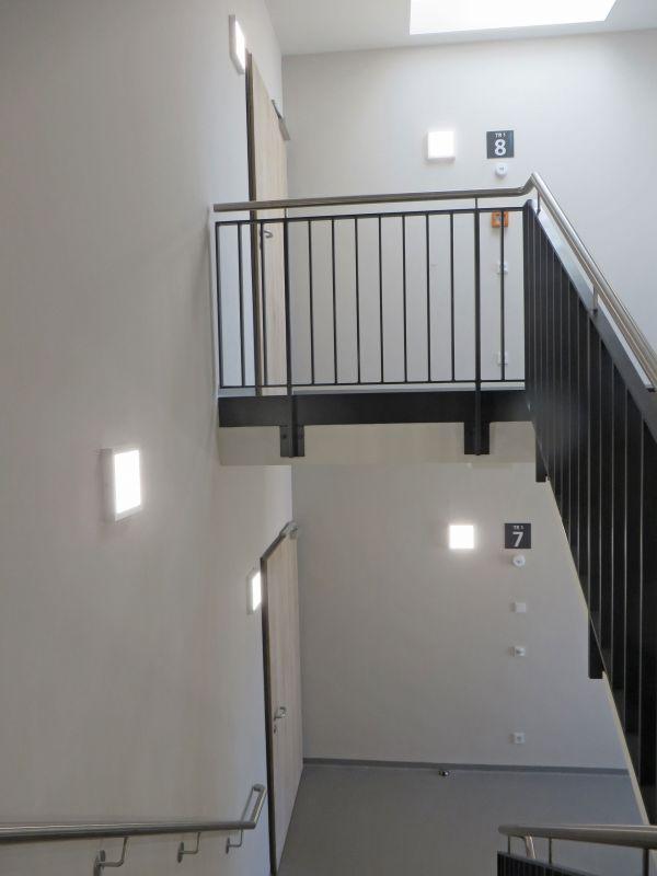 Treppenhaus mit LEDAXO LED-Wand-Deckenleuchte WDL-10-24-300